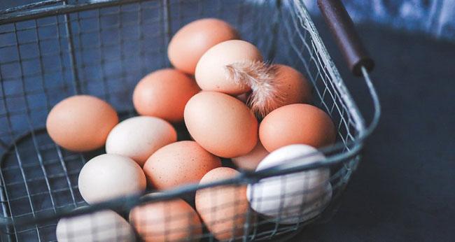 Diferenţa între ouă roşii şi ouă albe