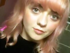 Maisie Williams și-a vopsit părul în culoarea gumei de mestecat