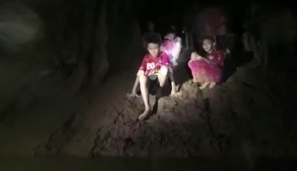 După ce au fost blocaţi 9 zile într-o peşteră, jucătorii unei echipe de fotbal din Thailanda au fost găsiţi în viaţă